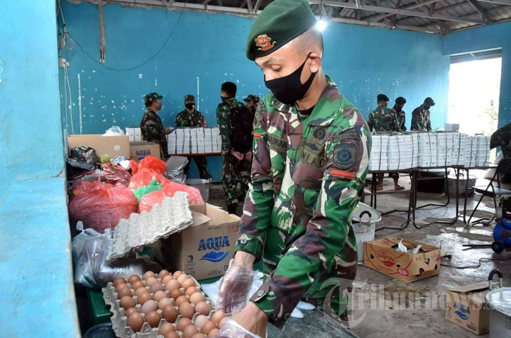 TNI Gelar Dapur Umum Ringankan Beban Warga Terdampak Covid-19