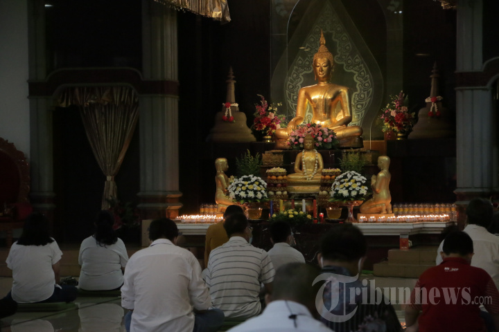 Umat Buddha Ikuti Ibadah Waisak Di Vihara Tanah Putih Semarang