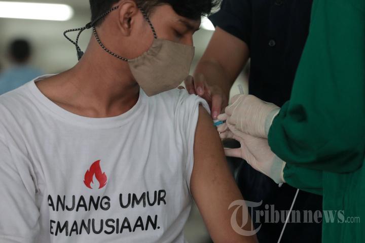 Vaksinasi Covid-19 Pengendara Ojek Daring di Depok