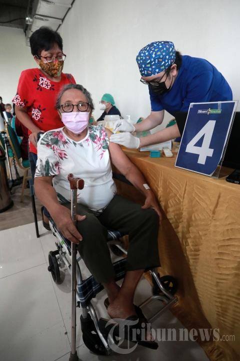 Vaksinasi Lansia dan Guru di Lippo Mall Kemang