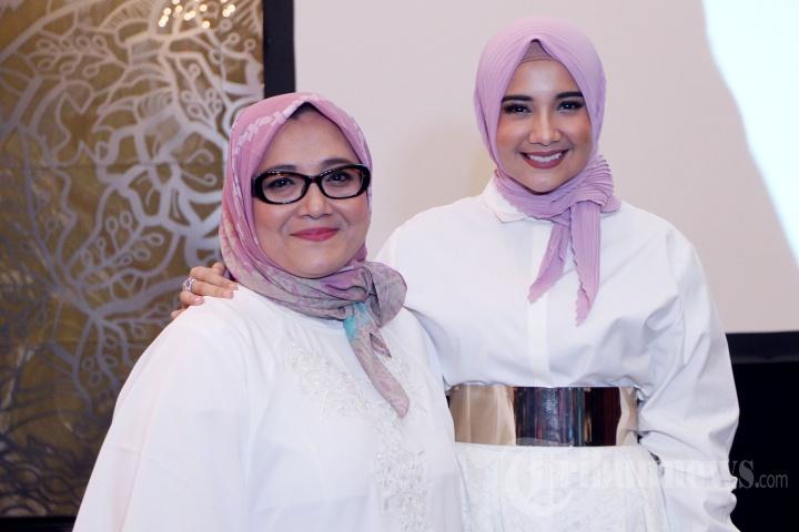 Pemain film Zaskia Sungkar saat bersama Ibunda tercinta ketika ditemui pada acara The Gathering Mothers Day Ibu Inspirasi Duniaku di Ballroom Kempinski, Jakarta Pusat, Rabu (14/12/2016).