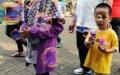 Wisatawan Bonbin Ragunan Bermain Balon