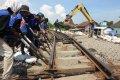 Puluhan Pekerja Memindahkan Rel Ganda di Stasiun Mangkang Semara