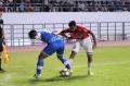 Absor Fauzi Berebut Bola Dengan Hasyim Kipuw