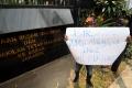 aksi-protes-insiden-bendera-terbalik-di-kedubes-malaysia_20170821_204107.jpg