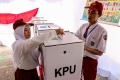 Anggota KPPS Berpakaian Siswa Sekolah Dasar