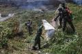 Anggota TNI Bersihkan Krueng Daroy