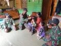 bagikan-buku-dan-tas-sekolah-kepada-anak-anak-di-perbatasan-ri_20201026_200628.jpg