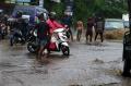 banjir-akibat-hujan-deras-sesaat-di-kota-cimahi_20201122_232200.jpg