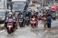 banjir-rendam-jalan-jatinegara-barat_20210208_205102.jpg