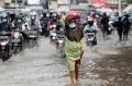 banjir-rendam-jalan-jatinegara-barat_20210208_205751.jpg