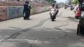 berbahaya-jalan-inspeksi-banjir-kanal-barat-terlihat-retak_20210301_104233.jpg