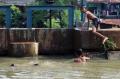 Berenang di Aliran Kalimalang saat Pandemi Covid-19