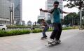 Bermain Skateboard di Trotoar Depan Hotel Mandarin