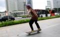 bermain-skateboard-di-trotoar-depan-hotel-mandarin_20210305_223950.jpg