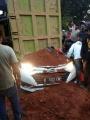 evakuasi-mobil-yang-tertimpa-truk-tanah-di-tangerang_20190801_225336.jpg