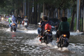 Genangan Rendam Akses Jalan Perumahan Cipinang Indah