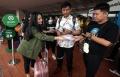 gojek-bagikan-masker-gratis-di-bandara-soekarno-hatta_20200222_000241.jpg