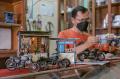 Hartanto Perajin Miniatur Dari Limbah Elektro dan Kaleng