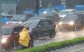 hujan-lebat-pengendara-motor-nekat-melaju-di-himpitan-mobil_20210414_170824.jpg