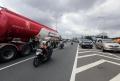 jalan-a-yani-banjir-pengendara-motor-lintasi-tol-wiyoto-wiyono_20200226_082259.jpg