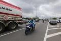 jalan-a-yani-banjir-pengendara-motor-lintasi-tol-wiyoto-wiyono_20200226_082546.jpg