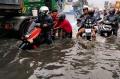 jalan-dengdek-kopo-sayati-terendam-banjir-cileuncang_20201124_204509.jpg