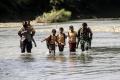 Jembatan Putus, Siswa Harus Seberangi Sungai untuk ke Sekolah