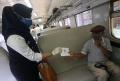 Karyawan PT KAI Daop 1 Membagi Masker dan Handsanitiser