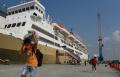 km-dorolonda-menurunkan-penumpang-di-pelabuhan-tanjung-priok_20210520_202041.jpg