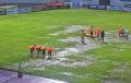 lapangan-tergenang-air-laga-bhayangkara-fc-vs-borneo-fc-ditunda_20211027_224827.jpg