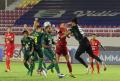 liga-1-persija-jakarta-takluk-0-1-dari-persebaya-surabaya_20211027_104253.jpg