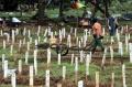 makam-khusus-covid-19-di-tpu-bambu-apus-penuh_20210304_204058.jpg