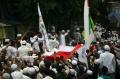 Massa Sambut Kepulangan Habib Rizieq di Petamburan
