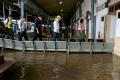 menhub-ganjar-dan-hevearita-tinjau-banjir-di-stasiun-tawang_20210207_225153.jpg