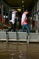 menhub-ganjar-dan-hevearita-tinjau-banjir-di-stasiun-tawang_20210207_225410.jpg
