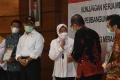 Mensos Dampingi Menko PMK Kunjungan Kerja di Surabaya