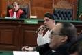 Mulan Jameela dengan Setia Temani Ahmad Dhani dalam Persidangan