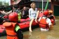 Nikita Mirzani Sambangi Banjir di Ciledug Indah
