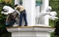 patung-harimau-putih-yang-jatuh-kembali-dipasang_20200210_192340.jpg