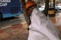 pekerja-proyek-tertidur-bersender-pohon_20161208_150459.jpg