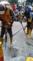 pekerja-pupr-palembang-perbaiki-saluran-air-yang-tersumbat_20210225_153730.jpg