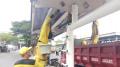 Pekerja Sudin Lakukan Pengecetan Halte Bus