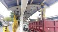 pekerja-sudin-lakukan-pengecetan-halte-bus_20210618_194718.jpg