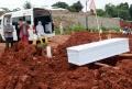 pemakaman-covid-19-di-tpu-jombang_20210119_193652.jpg