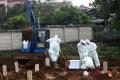 Pemakaman Covid-19 di TPU Srengseng Sawah Jakarta Selatan