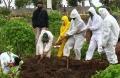 pemakaman-jenazah-korban-covid-19-di-tpu-cikadut-kota-bandung_20210202_131019.jpg