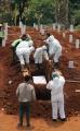 pemakaman-protap-covid-19-di-tpu-pondok-ranggon_20200908_223744.jpg
