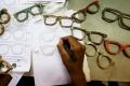 pembuatan-kacamata-dari-limbah-papan-skateboard_20190507_202059.jpg