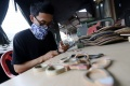 pembuatan-kacamata-dari-limbah-papan-skateboard_20190507_205057.jpg